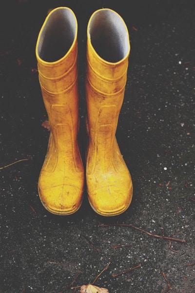 Billede med gule gummistøvler fra Creative Market